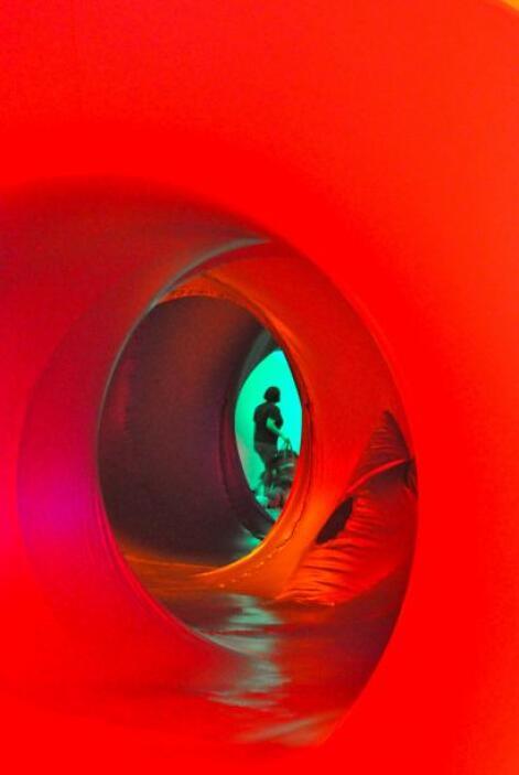 Los visitantes pueden desplazarse por los pasillos de la escultura.