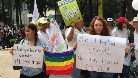 Marchas y contramarchas toman las calles de México, en medio del debate...