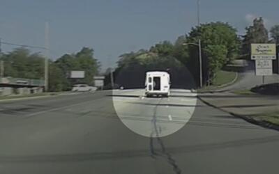 En video: Una niña de cuatro años de edad cae de un autobús en movimiento