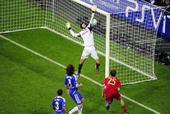 Peter Cech no supo manejar el rebote, el balón se le coló...