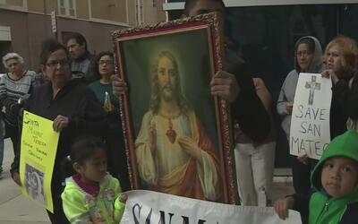 Feligreses de la iglesia San Mateo protestan en Fort Worth por el cierre...