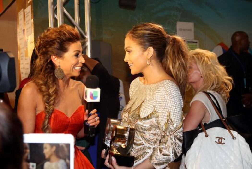 Lourdes es muy buena conversadora, por lo que estuvo platicando con Jenn...