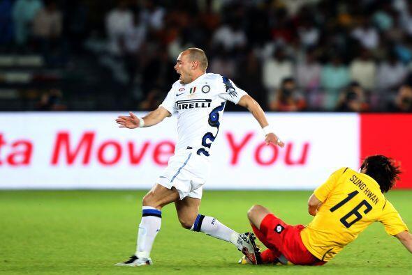 Comenzó el juego y la primera desgracia llegó para el Inter, pues el hol...
