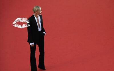 Charlize Theron sacudió la alfombra roja de Cannes con su traje negro ma...