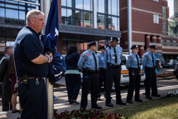 El lunes, una bandera fue izada en el Boston Medical Center para conmemo...