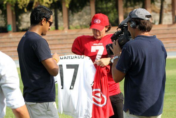 Guardado llevó una playera del Valencia con su nombre para regala...
