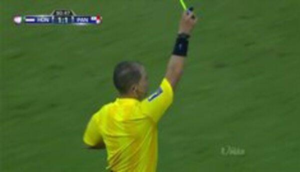Tarjeta amarilla. El árbitro amonesta a Jaime Manuel Penedo Cano de Panamá
