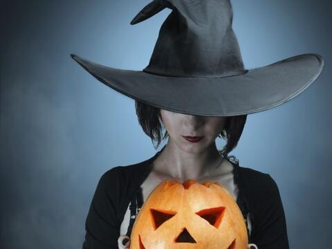 El disfraz de bruja en Halloween suele ser común, pero si quieres...