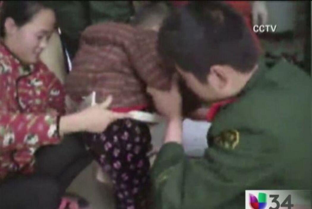 ATRAPADO EN LA LAVADORA.  Un niño se quedó atorado en una lavadora. Le t...