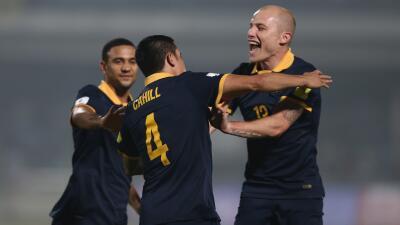 Tim Cahil celebra uno de sus tres goles para Australia.