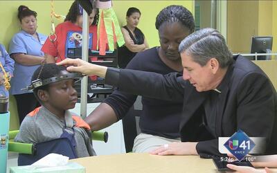 Arzobispo ora junto a niños internados