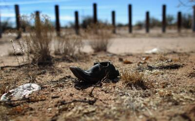 Un zapato abandonado en la zona desértica de la frontera entre México y...