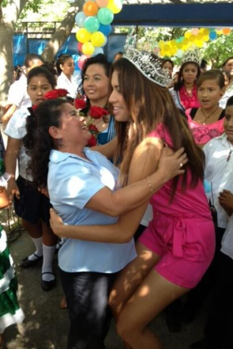 Marisela saludó alegremente a sus maestros, ¡les debe mucho!