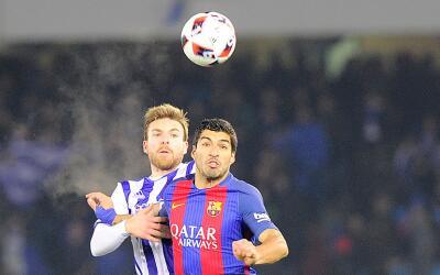 Asier Illarramendi enfrenta a Luis Suárez.