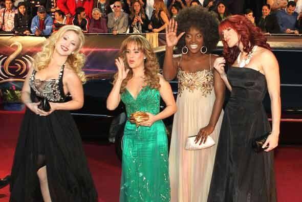 A excepción de Bea (a la derecha) Las divas latinas llegaron en camisón...