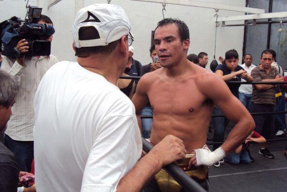 Pese a ser un consagrado del boxeo, Juan Manuel escucha atento a su entr...