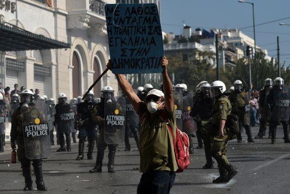 """Movilizados con lemas como """"Abajo el Gobierno y la troika"""" y &..."""