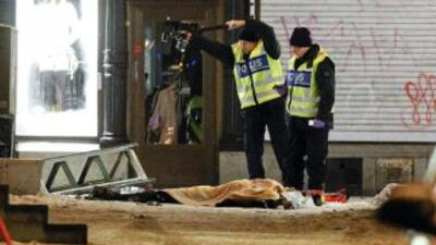 Policías examinan los restos del suicida que se hizo explotar en el Esto...