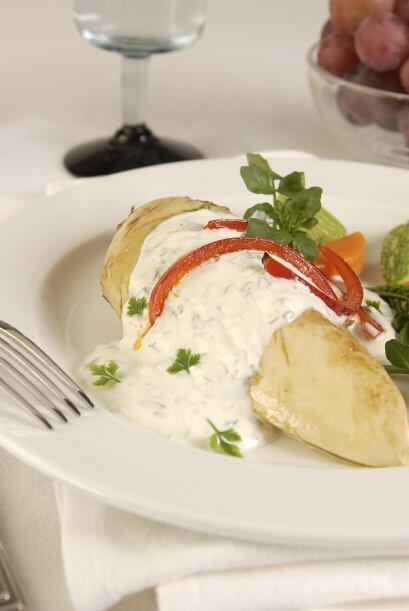 Agrega mayonesa, cebolla, estragón fresco, sal y pimienta al gust...