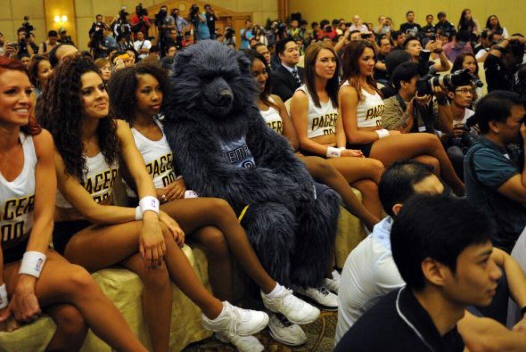 James Harden de los Rockets, Eric Gordon de los Pelicans, las cheerleade...