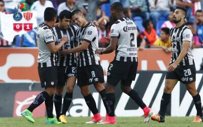 Necaxa festeja el gol ante Puebla.