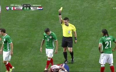 Tarjeta amarilla. El árbitro amonesta a Javier Ignacio Aquino Carmona de...