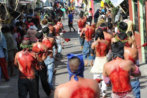 Flagelados y crucificados recorren las calles de varias ciudades en Fili...