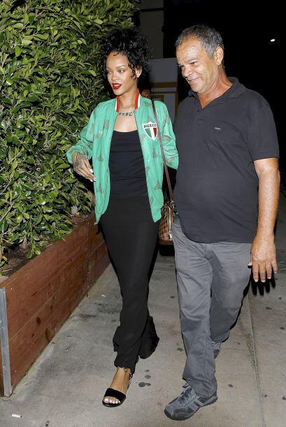 Rihanna no asistió a los premios BET.Ella prefirió quedarse con su papi....