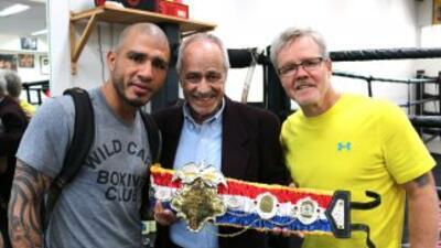 Miguel Cotto recibe el cinturón de manos de Chuck Giampa, junto a Freddi...
