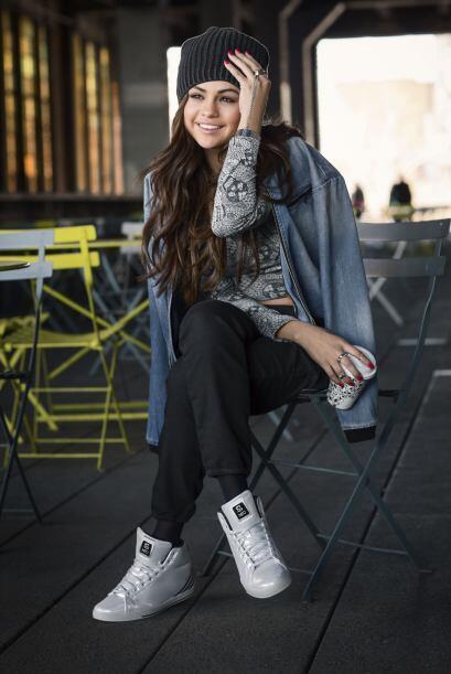 Este joven talento no sólo diseña las prendas, sino que también las modela.
