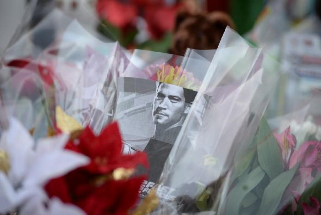 Una foto del actor reposa entre varias flores. Más videos de Chismes aquí.