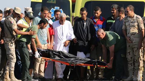 Los rescatistas trasladan el cuerpo de una de las víctimas del naufragio.