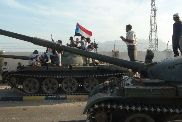Milicianos yemeníes leales al presidente Abedrabbo Mansour Hadi aparecen...
