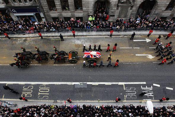 El féretro con sus restos recorrió las calles de Londres e...