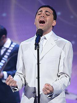 El cantante además de dedicarse a la música a vuelto a los...