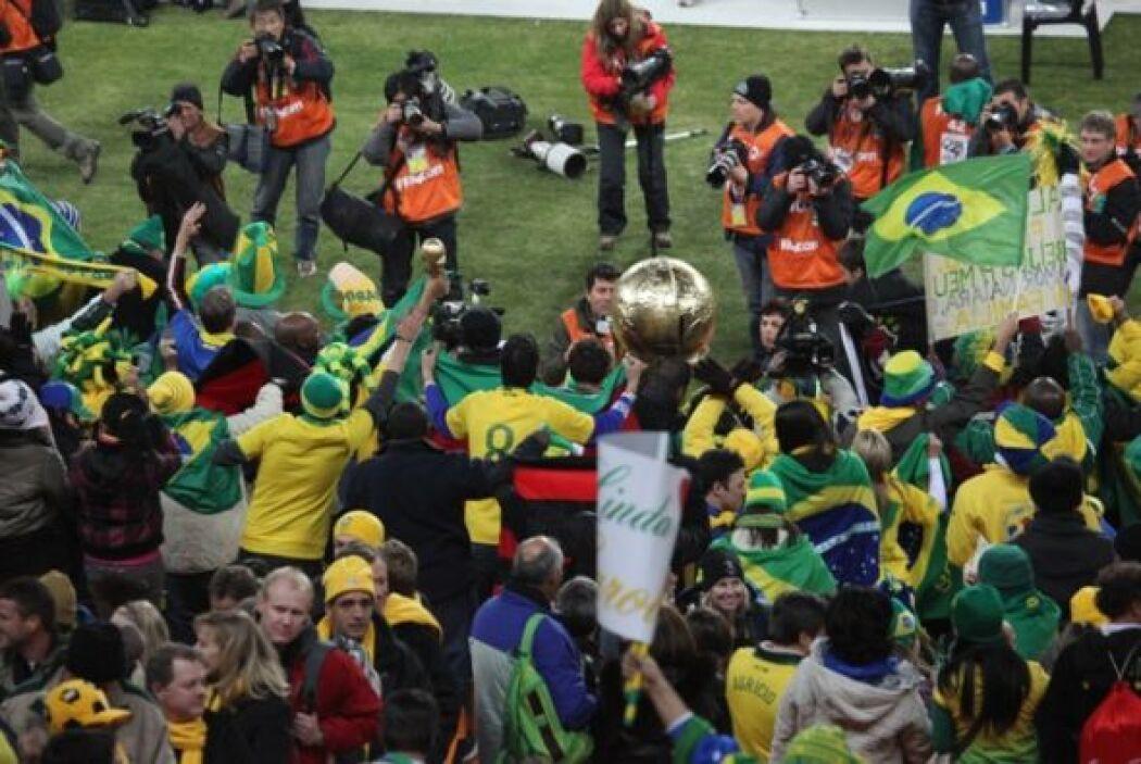 La otra cara del Mundial se vive en las tribunas con trofeos de gran tam...