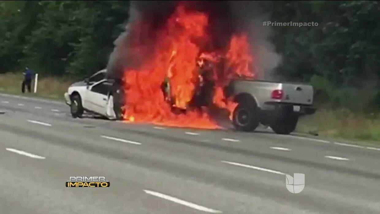 Policía rescató a mujer de un vehículo envuelto en llamas