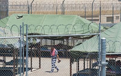 Un detenido camina dentro de la Ciudad de las Carpas