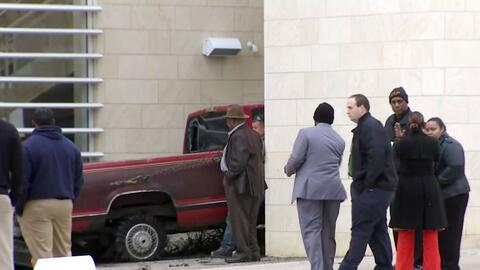 Autoridades no entienden cómo un carro terminó incrustado dentro de una...