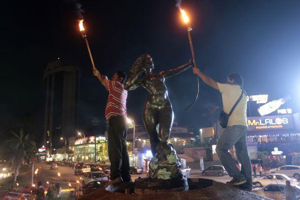 Con antorchas en mano caminaron por las principales calles de Acapulco.