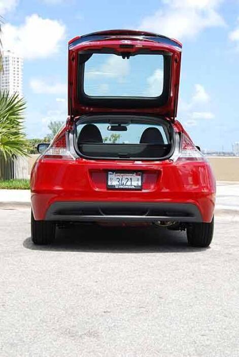 El espacio en la maletera es sorprendentemente amplio para un auto de es...