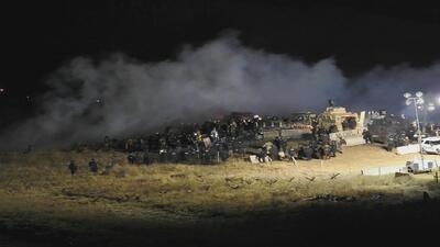 Policía y manifestantes se enfrentan durante protesta masiva contra oleo...