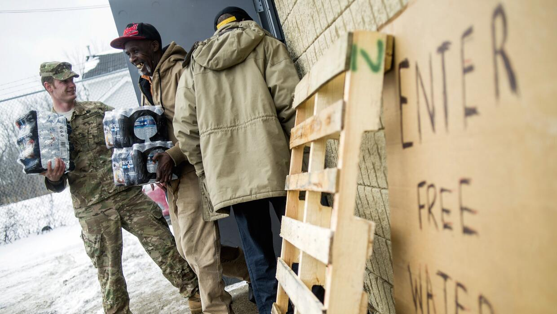 La Guardia Nacional reparte agua embotellada gratis a residentes de Flint