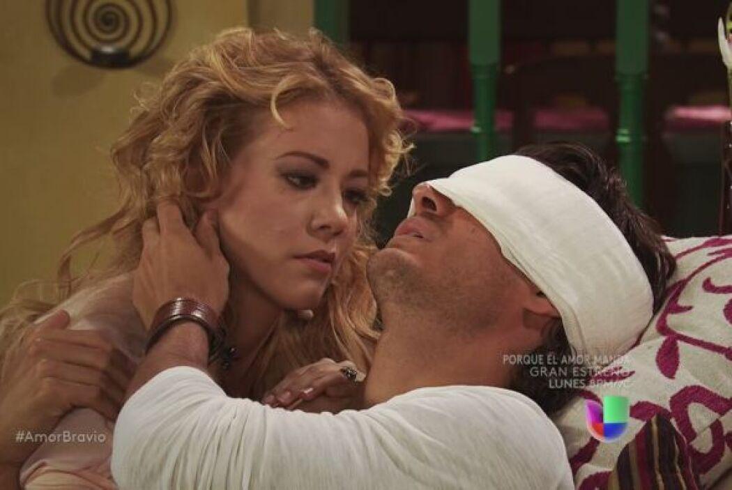 Rafael tiene los ojos vendados, Viviana lo cuida, realmente sintió que p...