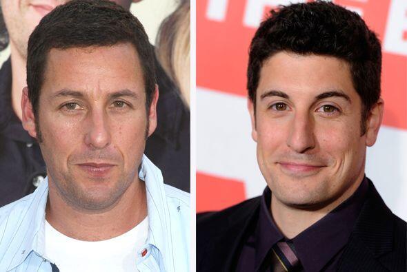 Adam Sandler y Jason Biggs, muy graciosos y muy parecidos.  Aquí...