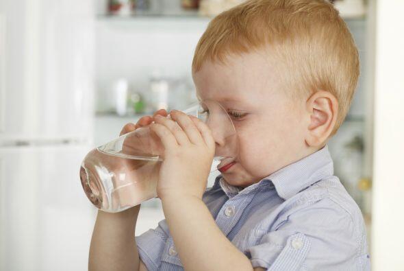 Tomar agua, el agua es un energizante natural.