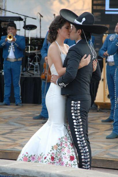 Entre beso y beso, Ana y Luis comenzaron a bailar al compás de la música.