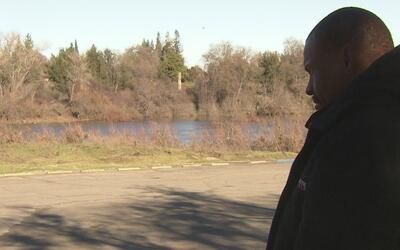 Indigentes que viven a las orillas del río están en peligro ante el aume...