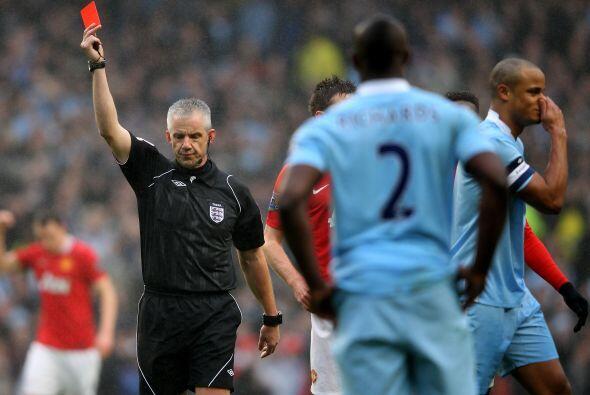 El defensor Vincent Kompany se ganó la tarjeta roja para dejar a...