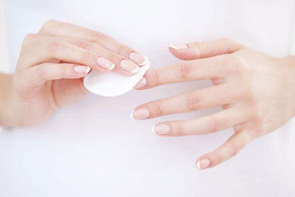 Limpia y seca bien las uñas. Antes de pintarlas, limpia tus u&nti...